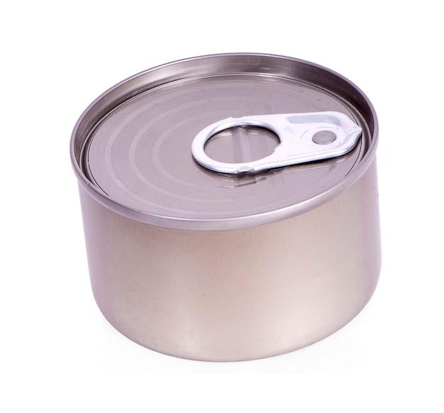 Nahaufnahme verschiedener metall- und weißer blechdose auf weißer oberfläche Premium Fotos