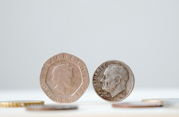 Nahaufnahme vertraulich der britischen münze und der usa-münze für wechselkurseffekt von der brexit-krise. Premium Fotos