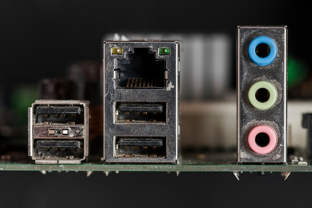 Nahaufnahme von beschädigten computerteilen Kostenlose Fotos