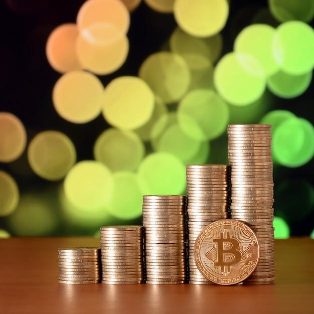 Nahaufnahme von bitcoin digitalen währungs- und münzengeldstapeln Premium Fotos