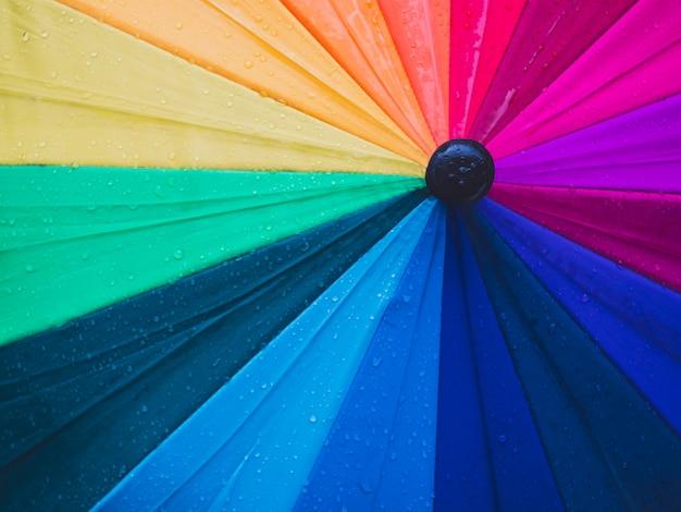 Nahaufnahme von bunten regenschirmen und von regentropfen, draufsicht Premium Fotos