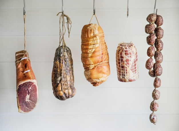 Nahaufnahme von charcuterie-fleischwaren Premium Fotos