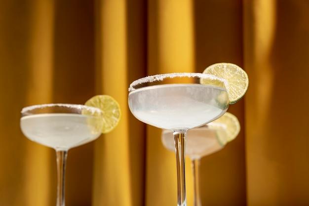 Nahaufnahme von cocktails eines margarita mit salziger kante Kostenlose Fotos