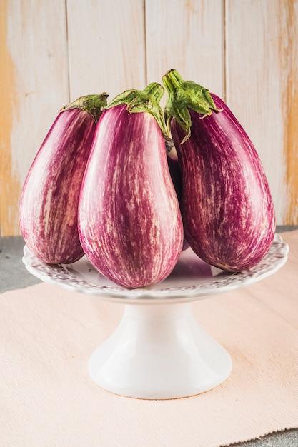 Nahaufnahme von den frischen auberginen vereinbart auf kuchenstand Kostenlose Fotos
