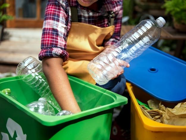 Nahaufnahme von den händen, die plastikflaschen trennen Kostenlose Fotos