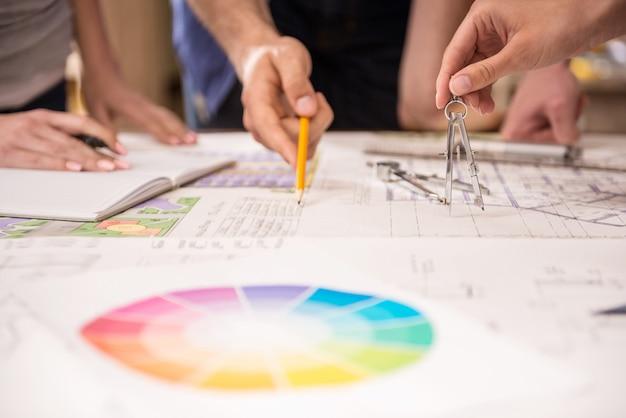 Nahaufnahme von den kreativen architekten, die am entwurf im büro arbeiten. Premium Fotos
