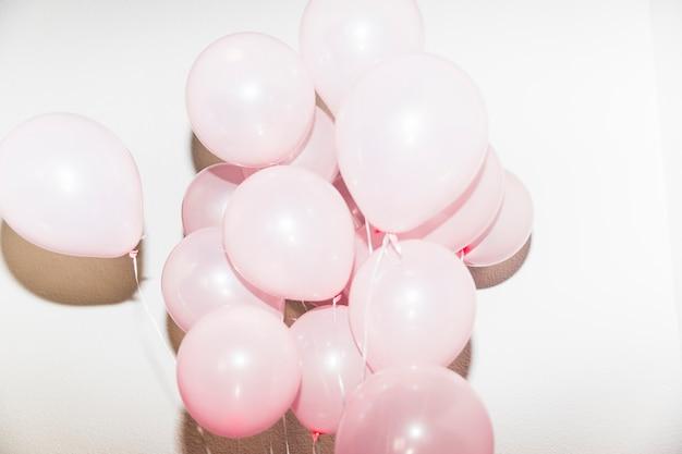 Nahaufnahme von den rosa ballonen lokalisiert auf weißem hintergrund Kostenlose Fotos