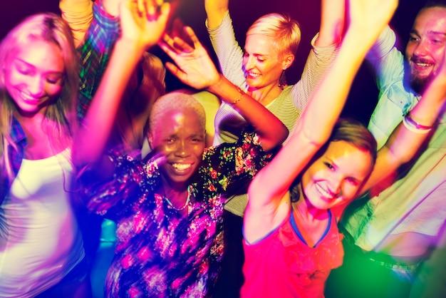 Nahaufnahme von den verschiedenen freunden, die zusammen tanzen genießen Kostenlose Fotos