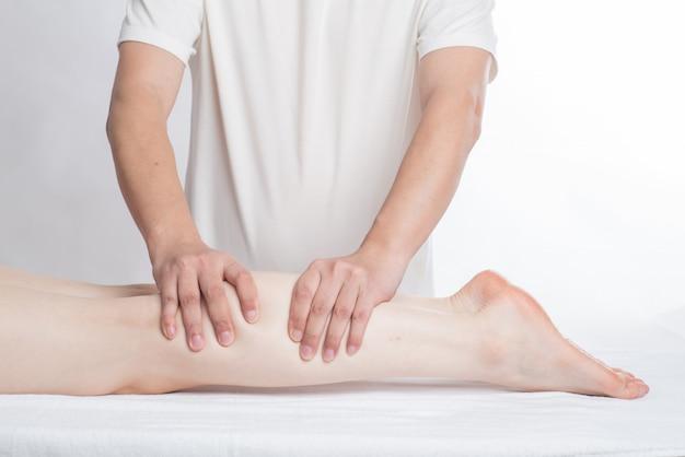 Nahaufnahme von den weiblichen händen, die fußmassage tun Premium Fotos