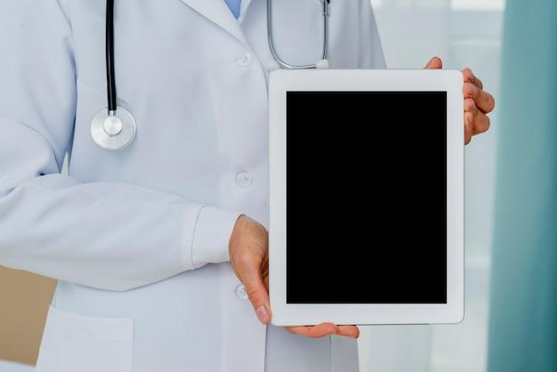 Nahaufnahme von doktor tablettenmodell halten Kostenlose Fotos