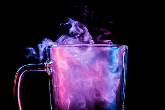 Nahaufnahme von einem transparenten glas mit einer wolke Premium Fotos