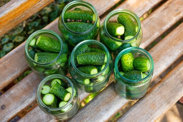 Nahaufnahme von essiggurken in einem glas, vorbereitung von gurken zur konservierung, vorbereitungen für den winter. Premium Fotos