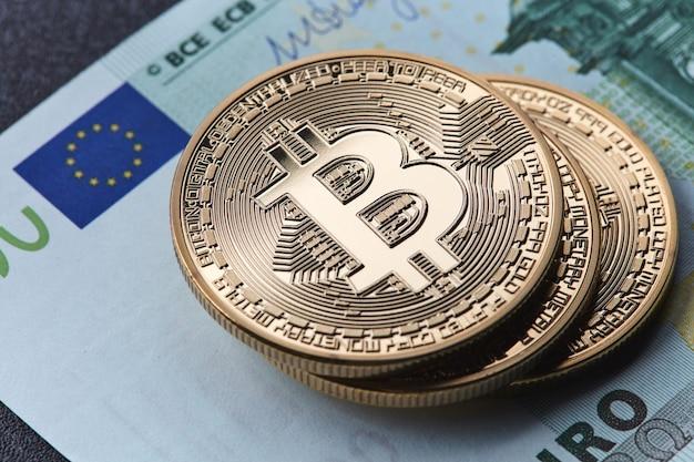 Nahaufnahme von euro-scheinen und goldmünzen-bitcoin Premium Fotos