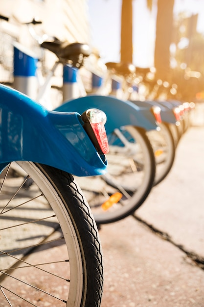 Nahaufnahme von fahrrädern stehen in folge auf einem parkplatz zur miete Kostenlose Fotos