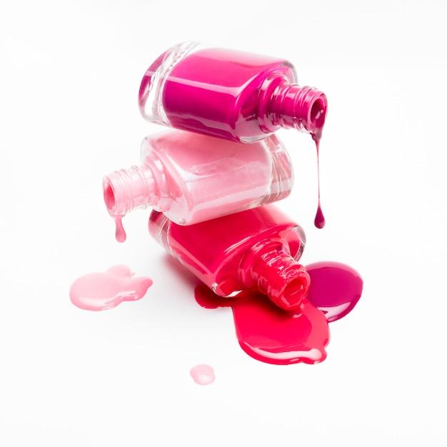Nahaufnahme von flaschen mit verschüttetem nagellack Premium Fotos