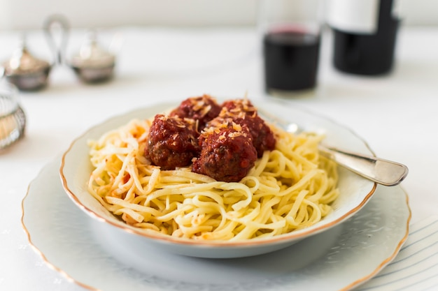 Nahaufnahme von fleischbällen auf italienischen teigwaren in der schüssel Kostenlose Fotos