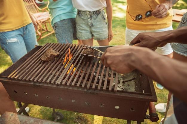 Nahaufnahme von fleischgrillen, grillen, sommerlebensstil Kostenlose Fotos