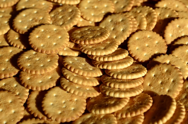 Nahaufnahme von gesalzenen crackern Premium Fotos