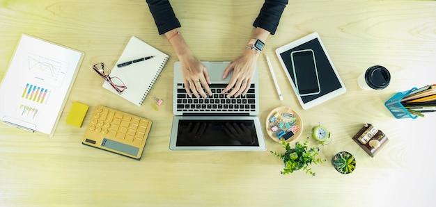 Nahaufnahme von geschäftsleuten händen, die mit laptop und zubehör auf tabelle arbeiten Premium Fotos