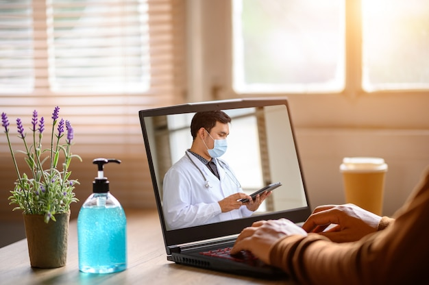 Nahaufnahme von geschäftsmann sitzen zu hause mit online-beratung mit arzt auf tablet, um soziale distanz gesundheitswesen konzept zu reduzieren Premium Fotos