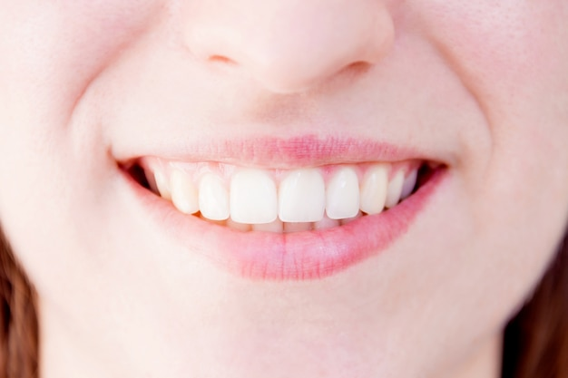 Nahaufnahme von gesunden weißen zähnen der lächelnden frauenfrau Premium Fotos