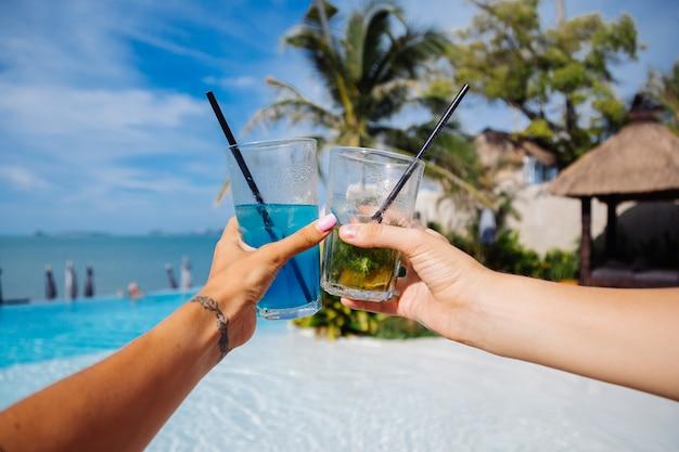 Nahaufnahme von händen halten alkoholcocktails Kostenlose Fotos
