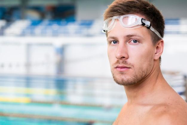 Nahaufnahme von hübschen schwimmer Kostenlose Fotos