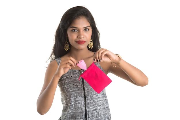 Nahaufnahme von jungen mädchenhänden, die menstruationstasse halten, gynäkologiekonzept Premium Fotos