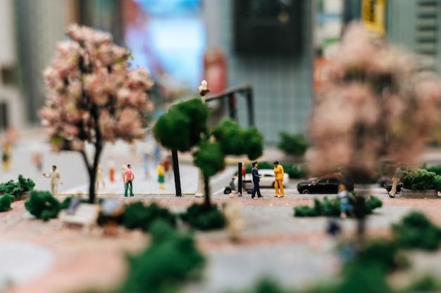 Nahaufnahme von kleinen verkehrspolizei inspizieren autofahrer. Kostenlose Fotos