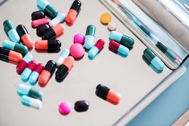 Nahaufnahme von medizinischen drogen auf rostfreiem behälter Kostenlose Fotos