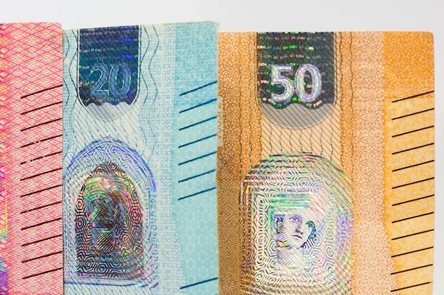 Nahaufnahme von nachrichtenbanknoten von fünfzig und zwanzig euro rechnung. Premium Fotos