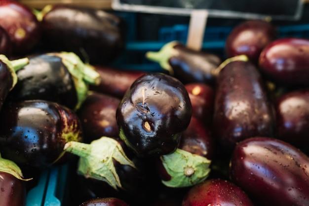 Nahaufnahme von organischen auberginen Kostenlose Fotos