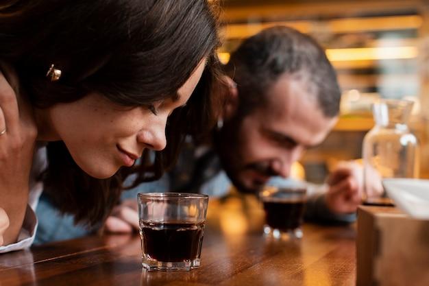 Nahaufnahme von riechenden tasse kaffees der paare Kostenlose Fotos