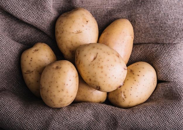 Nahaufnahme von rohen kartoffeln auf sackgewebe Kostenlose Fotos