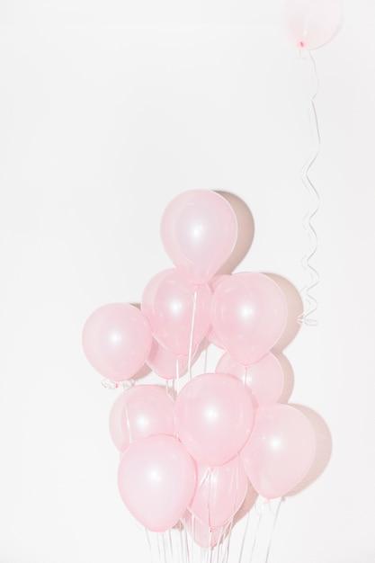 Nahaufnahme von rosa ballonen gegen weißen hintergrund Kostenlose Fotos
