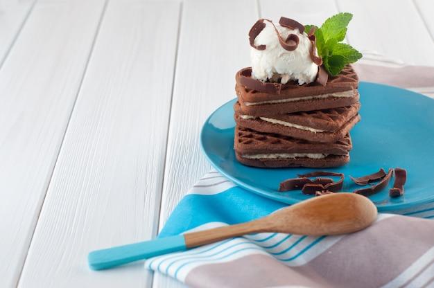 Nahaufnahme von schokoladenkeksen bedeckt mit vanilleeisball mit copyspace Premium Fotos