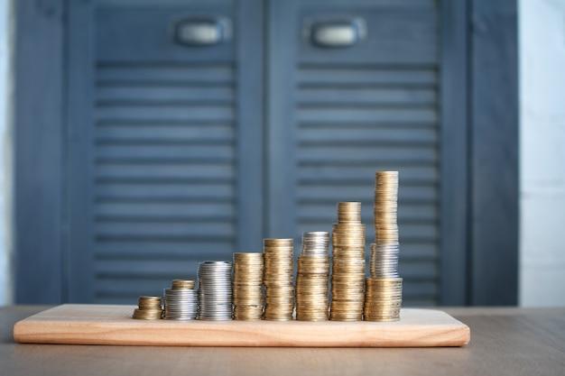 Nahaufnahme von spalten von mehrfarbigen münzen der zunehmenden höhe, das konzept des sparens und des einsparens des geldes, selektiver fokus Premium Fotos