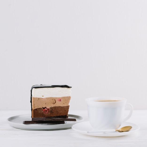 Nahaufnahme von tee; köstliches gebäck mit schokoriegel zum frühstück Kostenlose Fotos