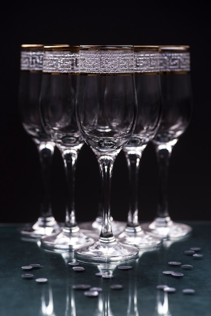 Nahaufnahme von transparenten eleganten gläsern auf reflektierender tabelle Kostenlose Fotos