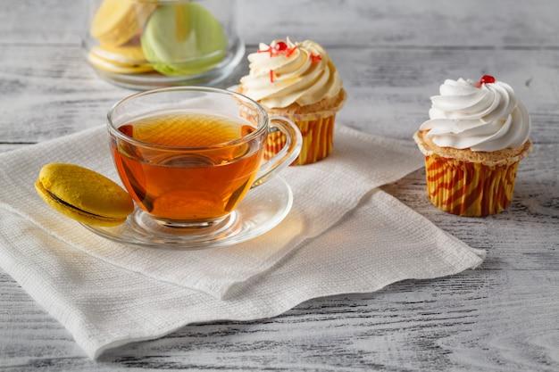 Nahaufnahme von verschiedenen kuchen und von schokoladen auf einem weißen plattenstudio Premium Fotos