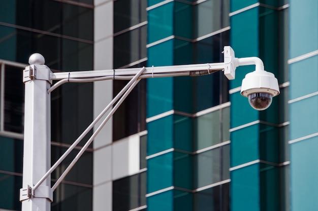 Nahaufnahme von vier verkehrsüberwachungskameraüberwachung cctv auf der straße in thecity Premium Fotos