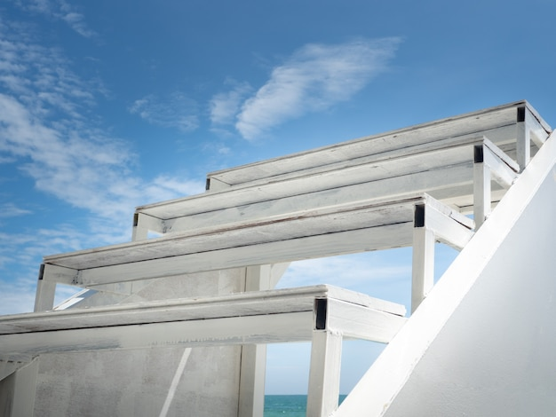 Nahaufnahme von weißen holzstufen nach oben. Premium Fotos