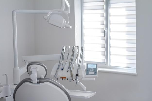 Nahaufnahme von zahnmedizinischen instrumenten und von ausrüstung Premium Fotos