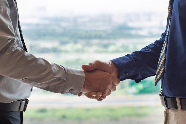 Nahaufnahme von zwei Geschäftsleute Händeschütteln Kostenlose Fotos