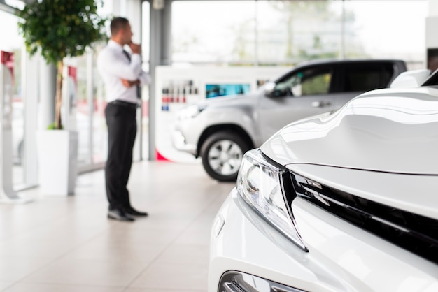 Nahaufnahme vor dem auto im autohaus Premium Fotos