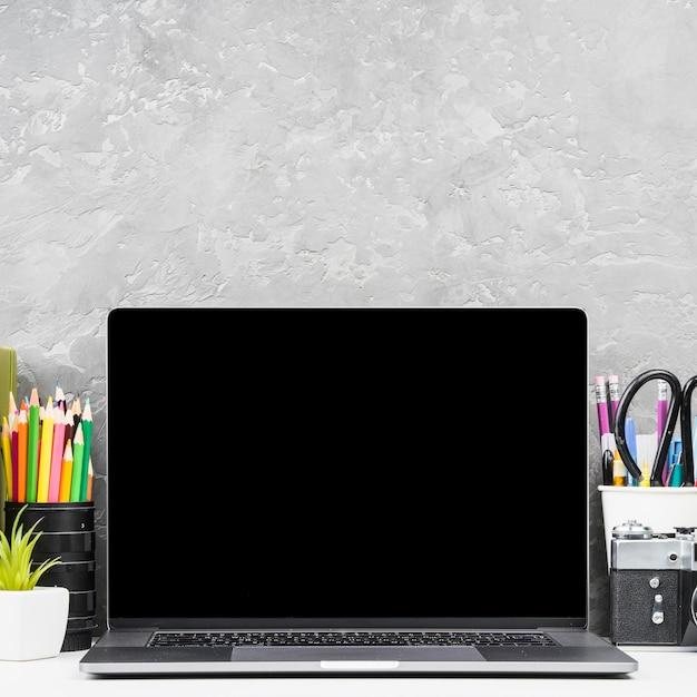 Nahaufnahme vorderansicht laptop mit schreibtischzubehör Kostenlose Fotos
