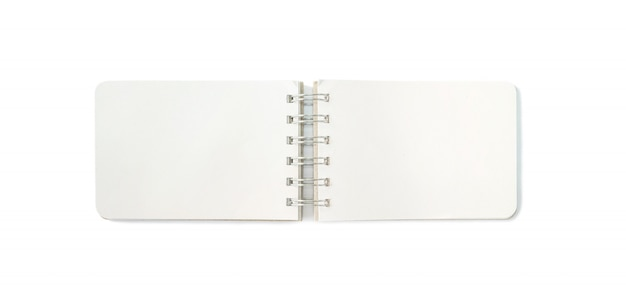Nahaufnahmeanmerkungsbuch mit der leerstelle lokalisiert auf weißem hintergrund Premium Fotos