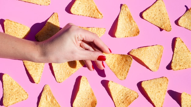 Nahaufnahmeanordnung mit tortilla auf rosa hintergrund Kostenlose Fotos