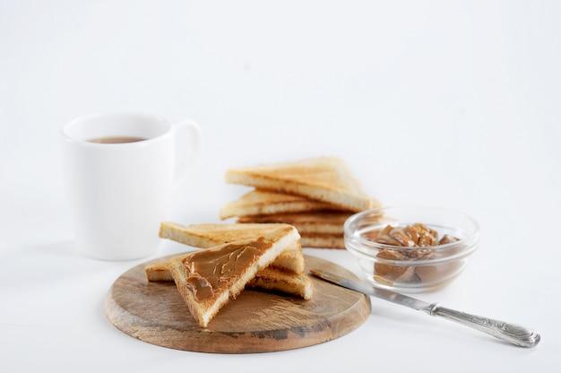 Nahaufnahmeansicht des geschmackvollen toastfrühstücks mit kondensmilchmarmelade Premium Fotos