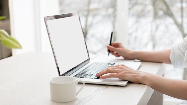 Nahaufnahmearbeiter mit laptop Kostenlose Fotos